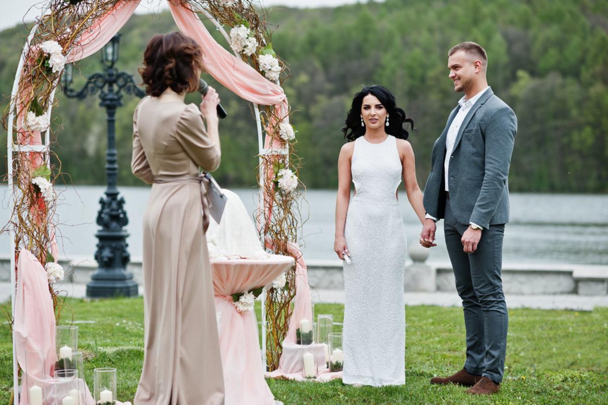 結婚式の友人代表スピーチは締めが肝心!例文付きでマナーとポイントを解説