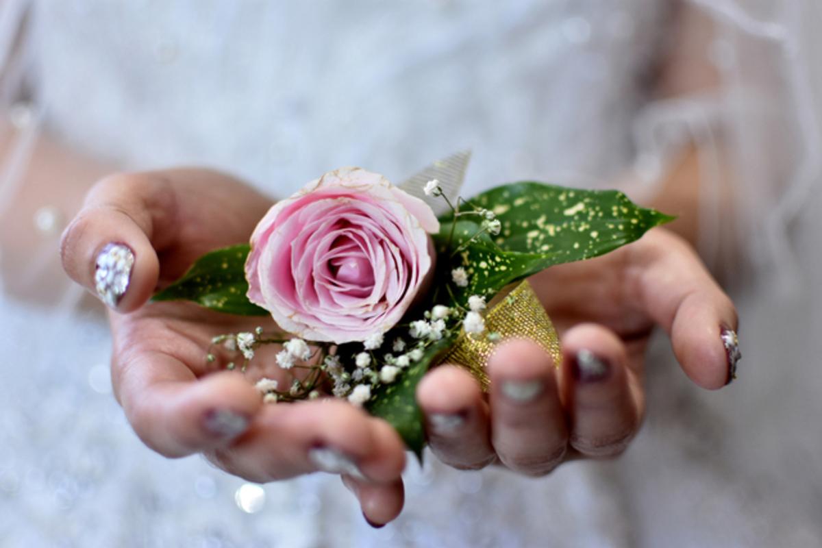 結婚式での素敵なコサージュ特集!色別おすすめ商品〜付け方までご紹介♪