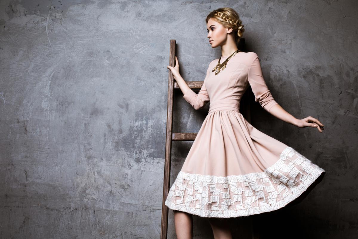 女性のセミフォーマルってどんな服装?季節やシーンに応じた着こなしのポイントも解説