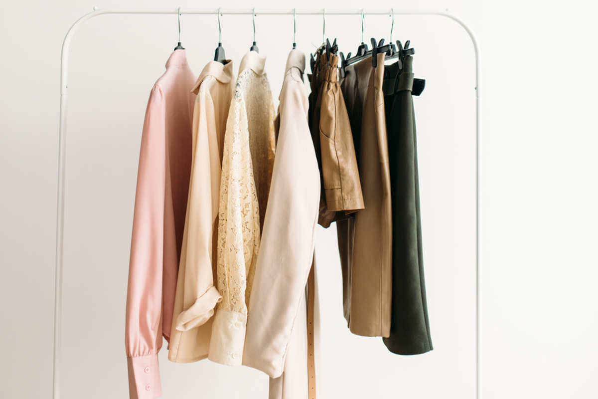 入学式で着るママ用スーツの色は?周りから浮かないための選び方を解説