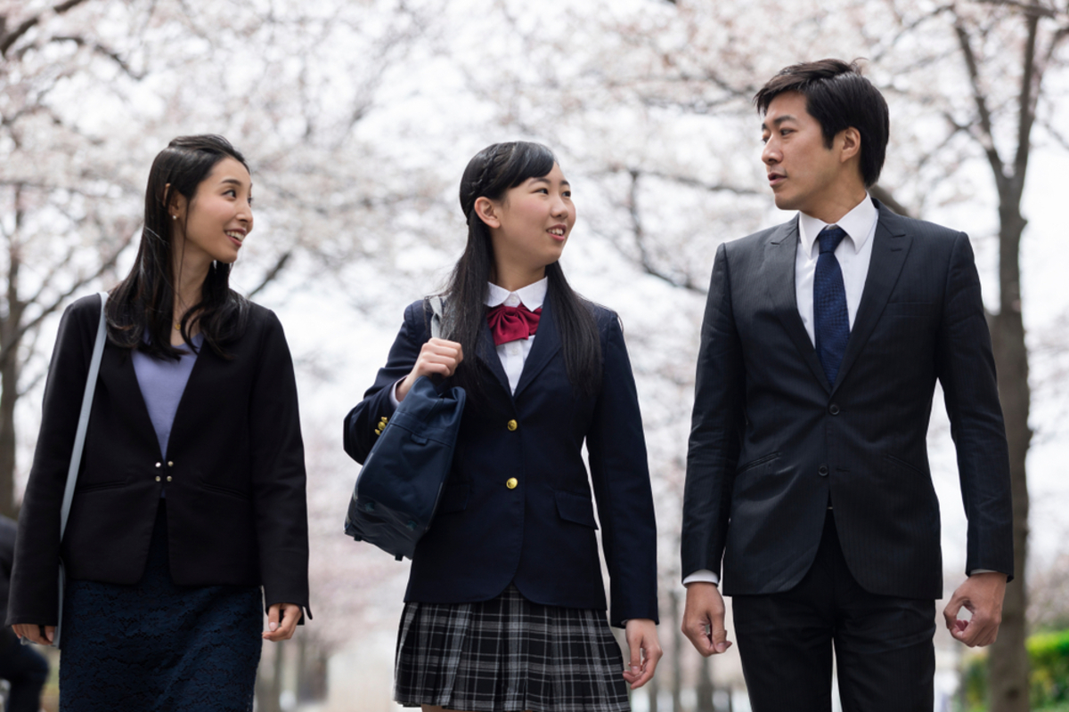 高校入学式、保護者の服装を徹底ガイド!母親&父親のマナーに沿った着こなしを解説