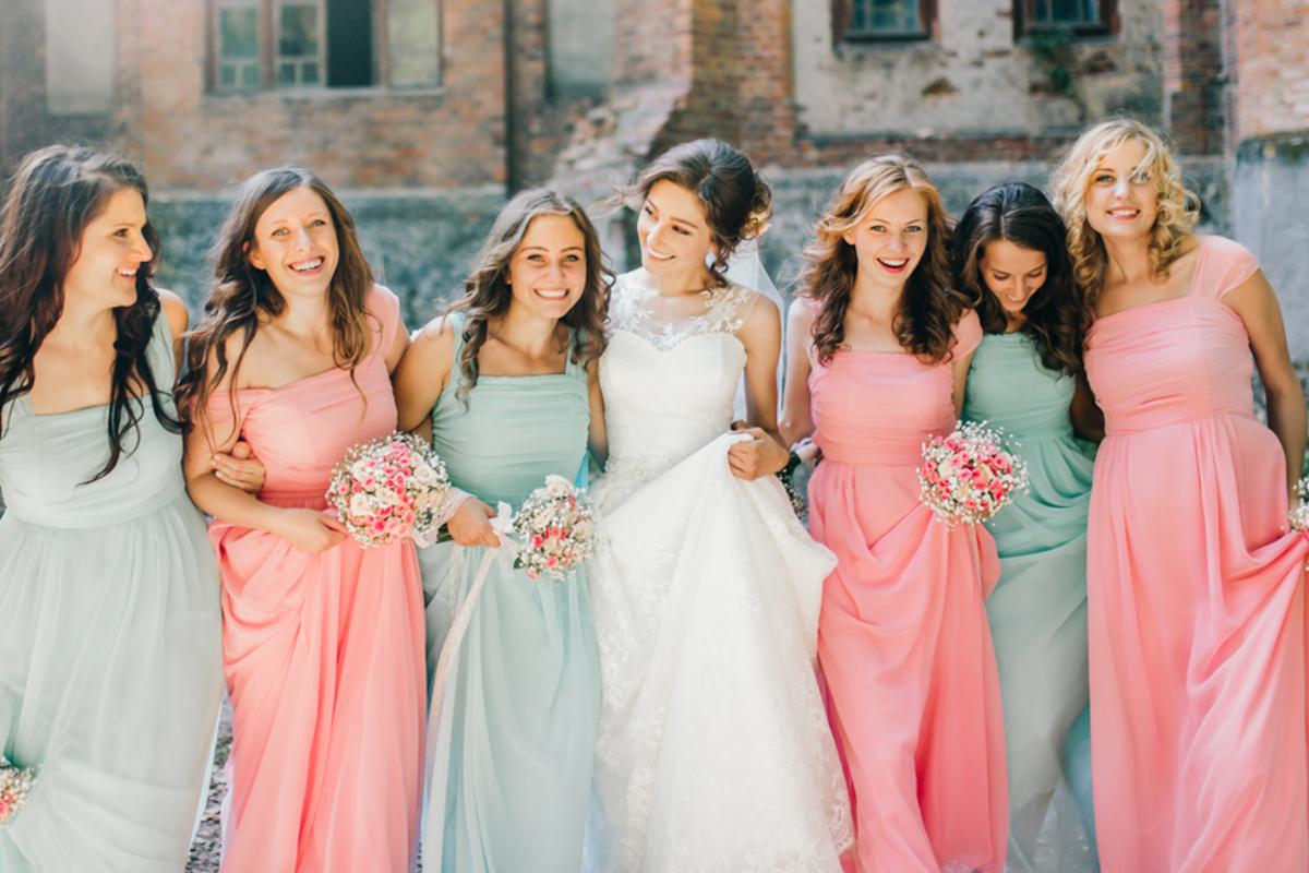 《女性向け》友人の結婚式の服装で押さえるべきマナーは?季節別コーデもご提案