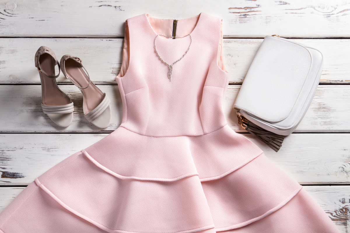 「カクテルドレス」とは?結婚式やパーティーに相応しいデザインや色をご紹介
