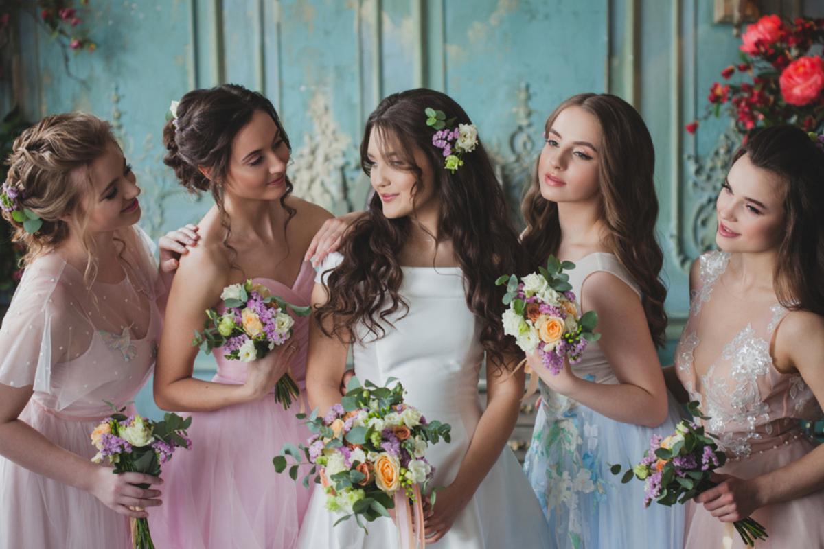 結婚式にノースリーブドレスはOK?失礼にならないマナーと季節別コーデをご紹介