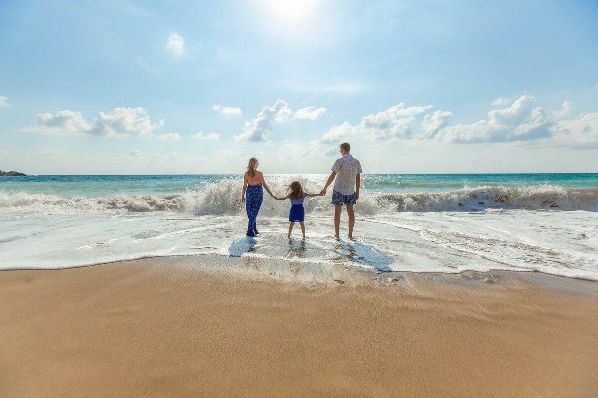 海辺で佇む親子