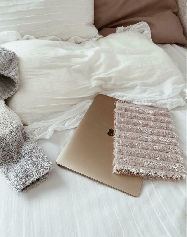 ベッドにおいた、パソコンとノート