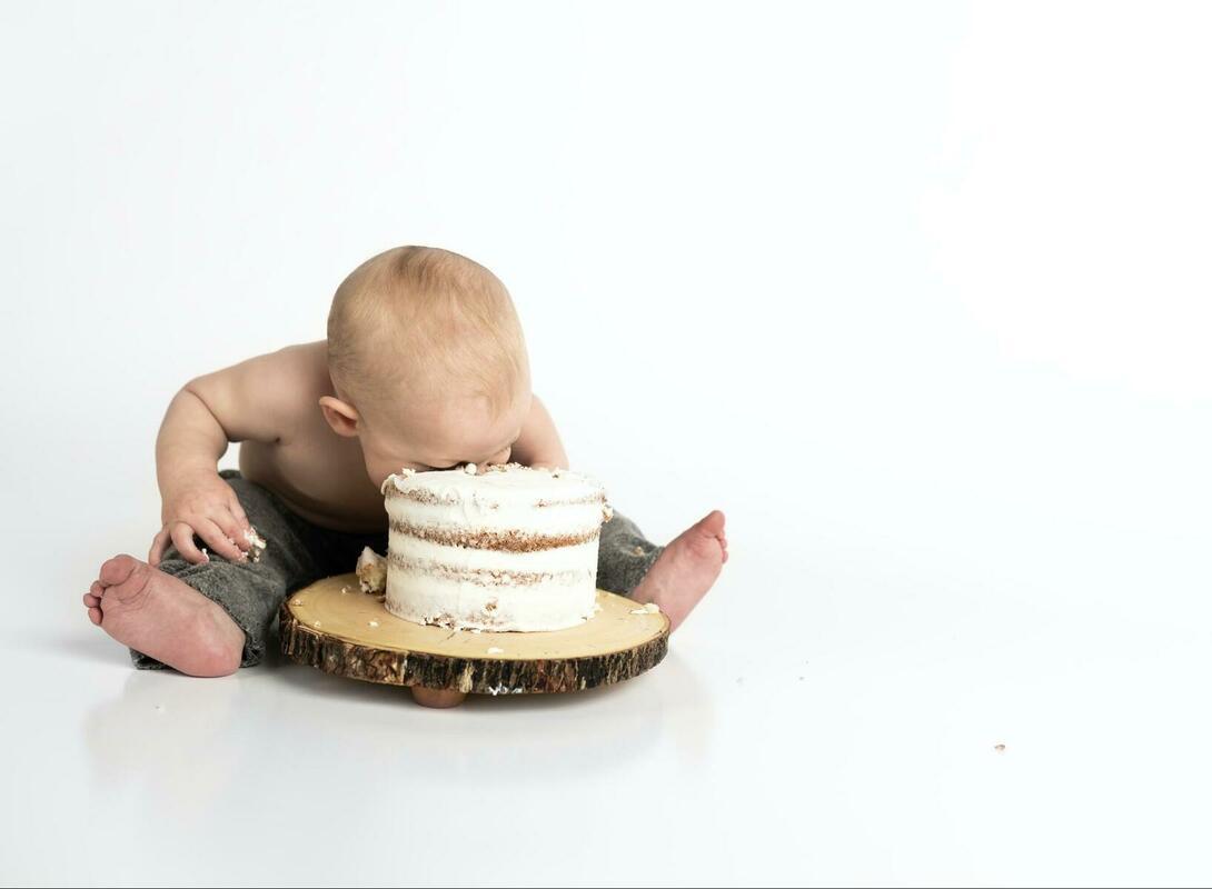 ケーキに顔を突っ込む赤ん坊
