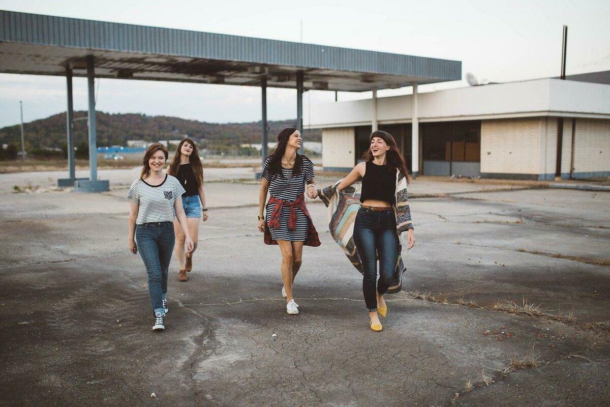 四人の少女が歩いている写真