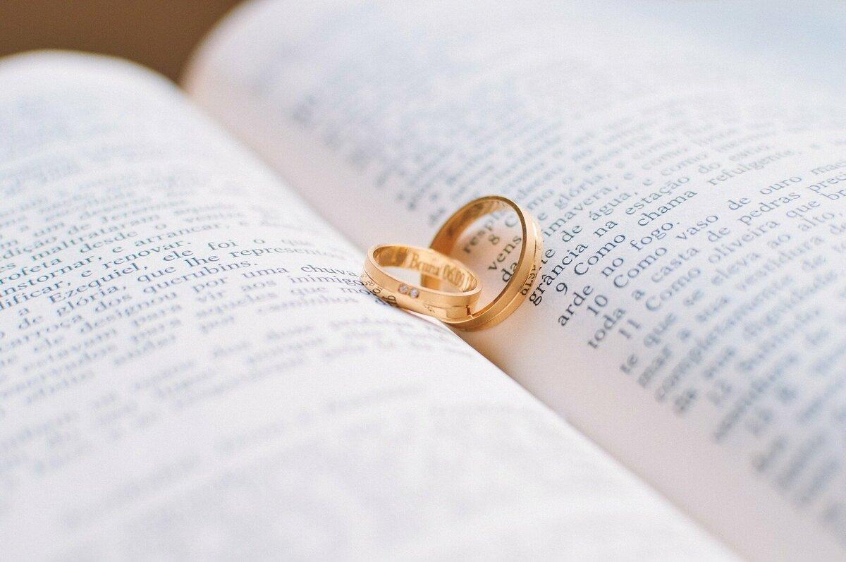 開いた本の上に並ぶカップルリング
