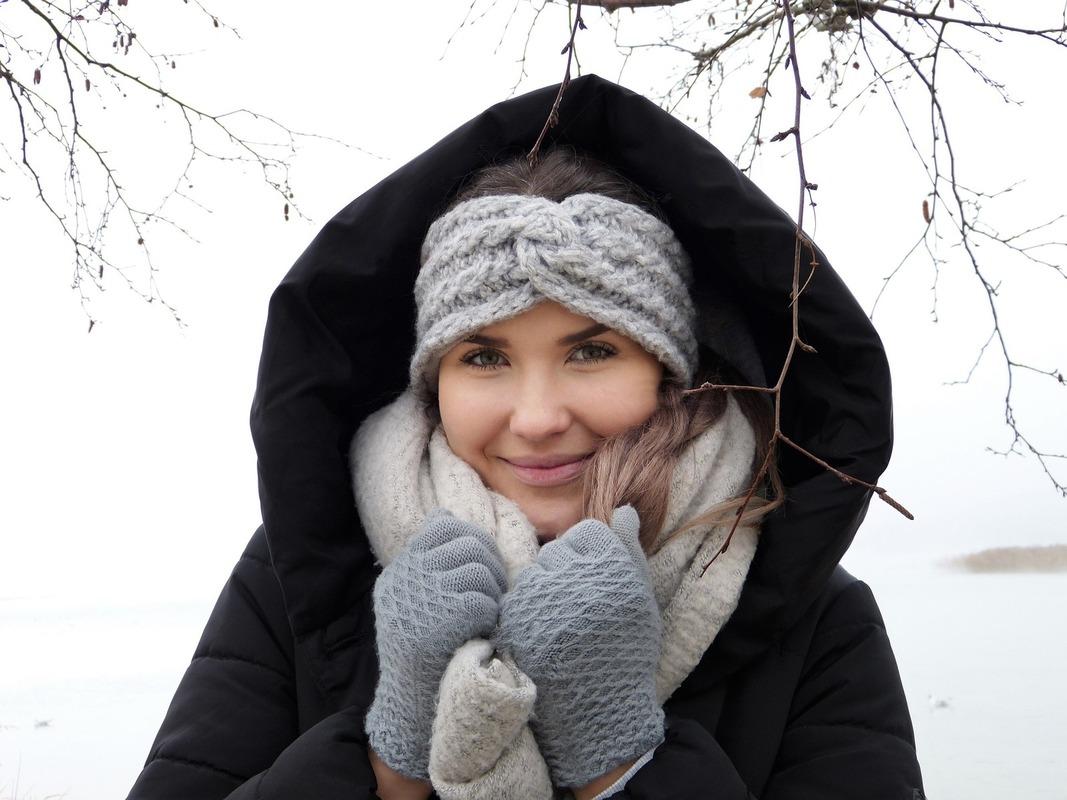 防寒着を着けた女性