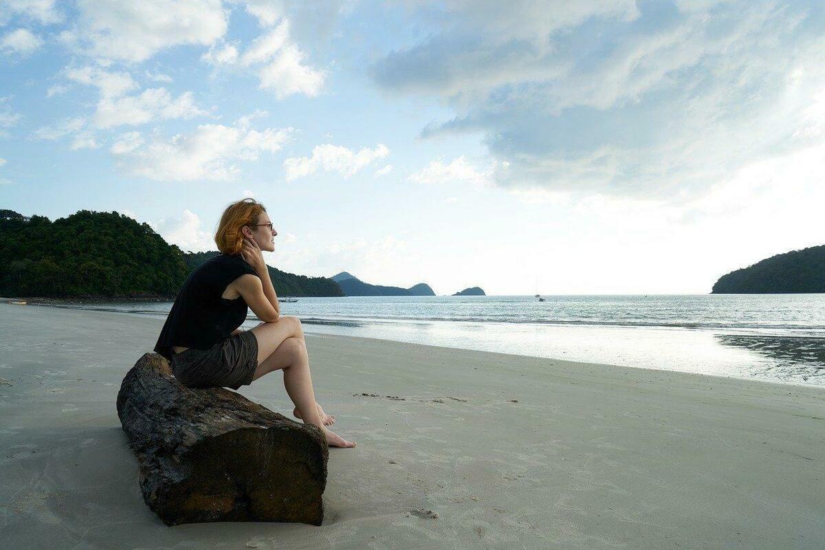 海を眺める女性の様子