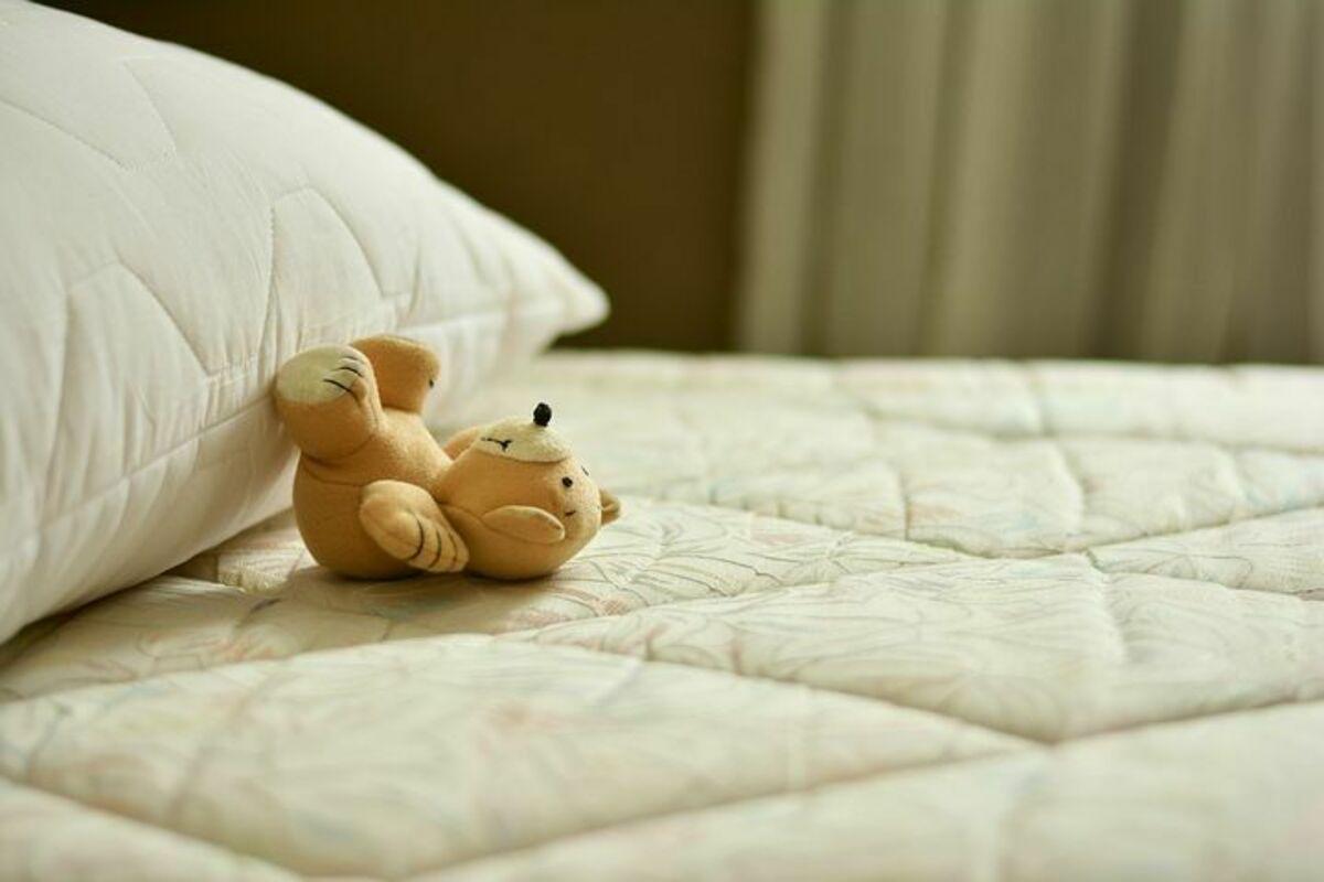 ベッドの上のくまのぬいぐるみ
