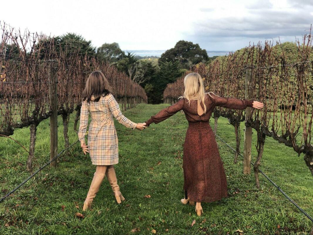 手を繋いで歩く女性二人