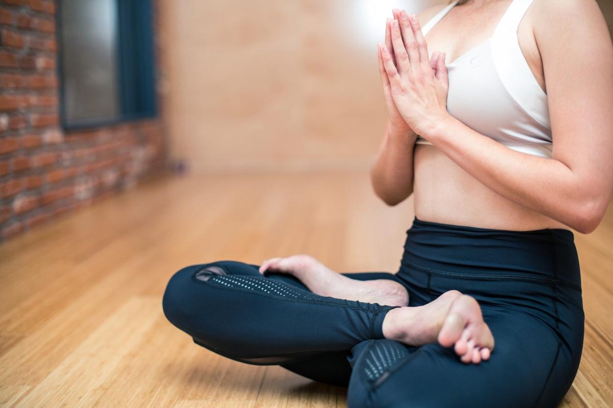 瞑想中の女性