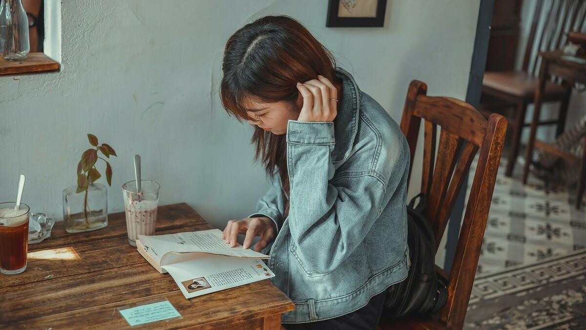 読書する女性