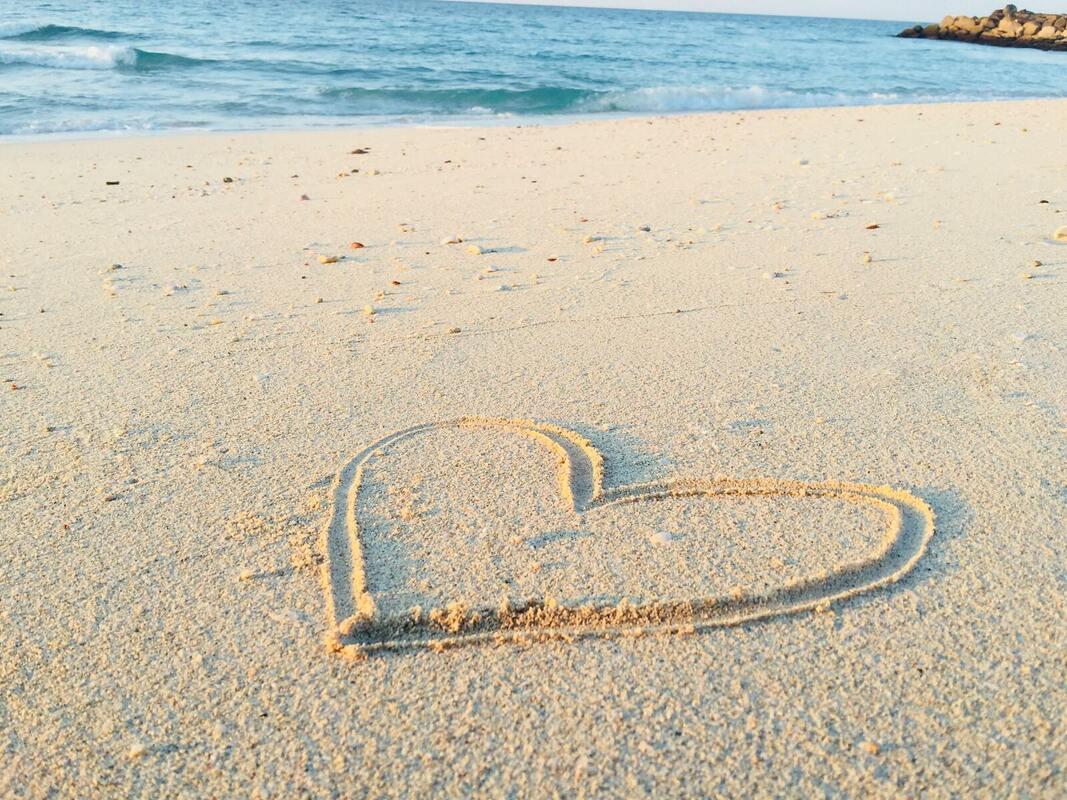 砂浜にハートの文字