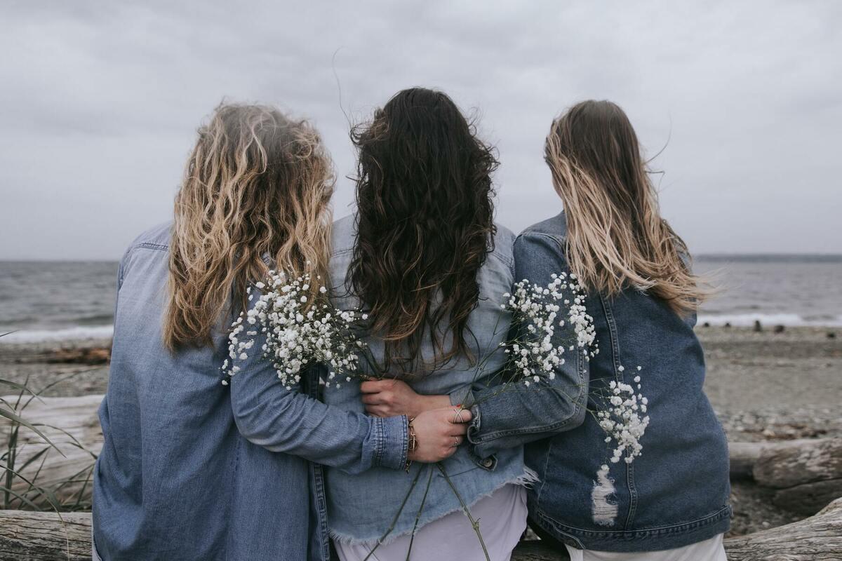 女の子3人の後ろ姿