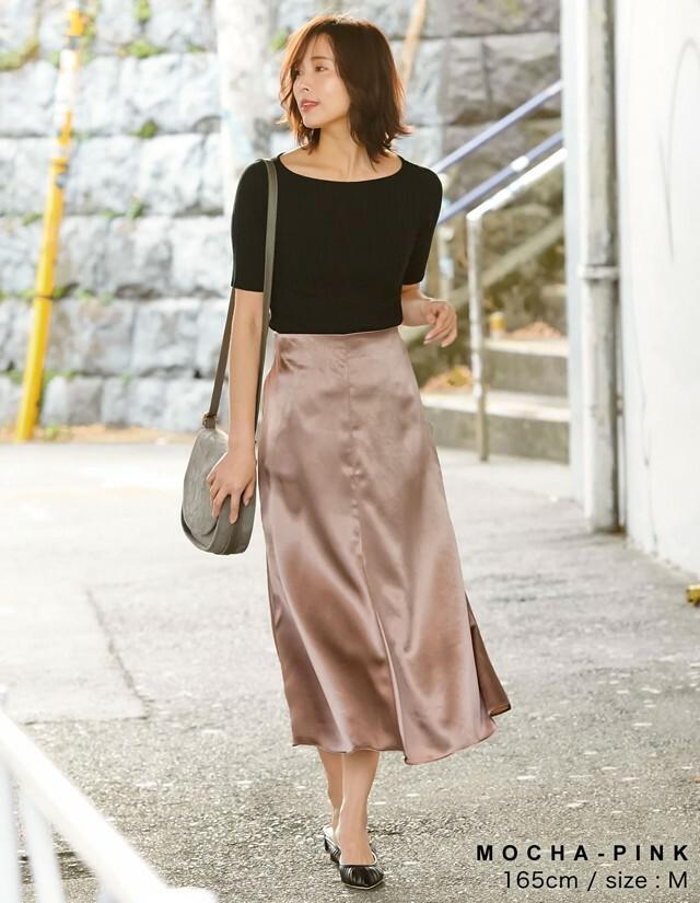 角度によって表情を変えるシアーなサテンスカート