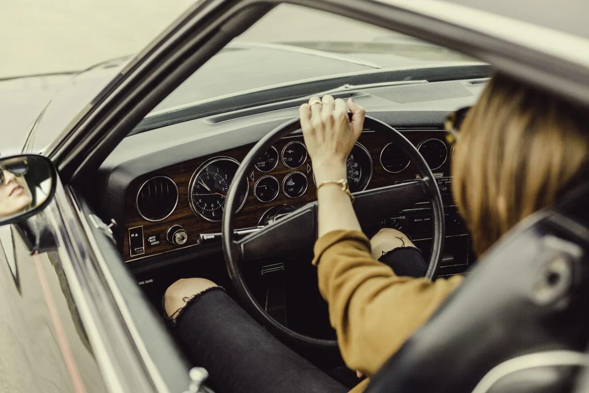 運転をしている女性