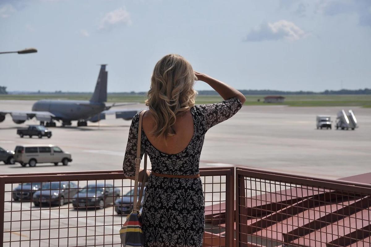 飛行場にいる女性