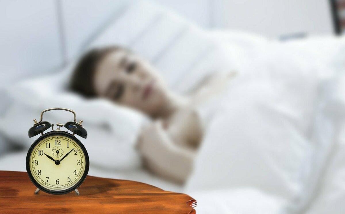 時計と眠る女性