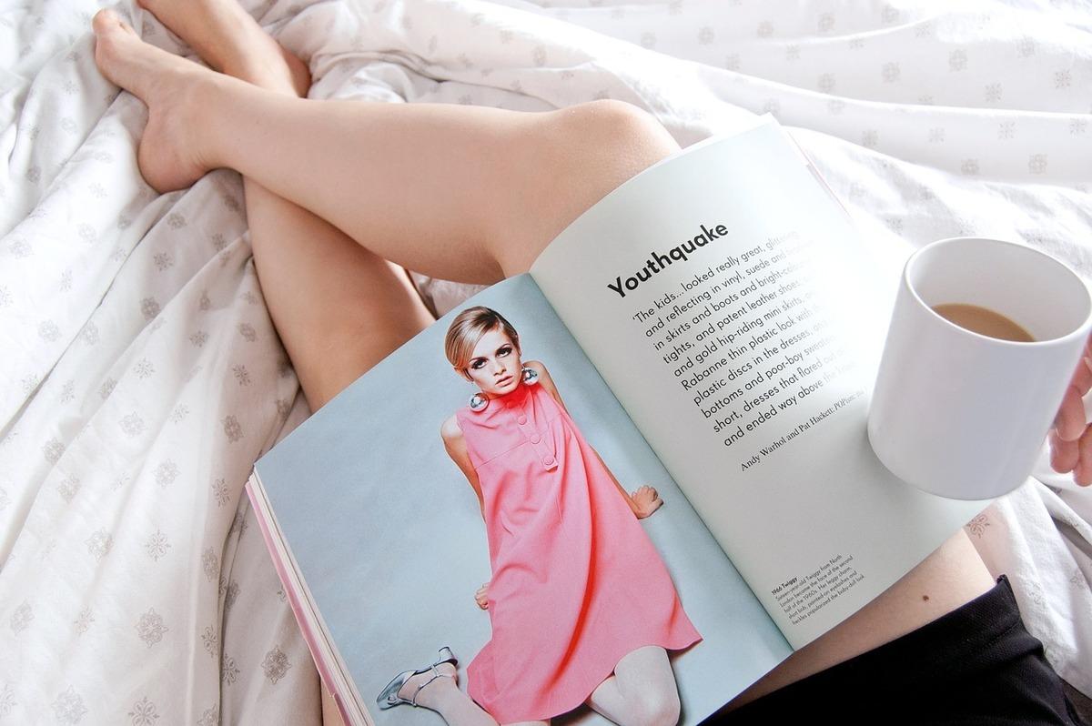 ベッドで雑誌を読む様子
