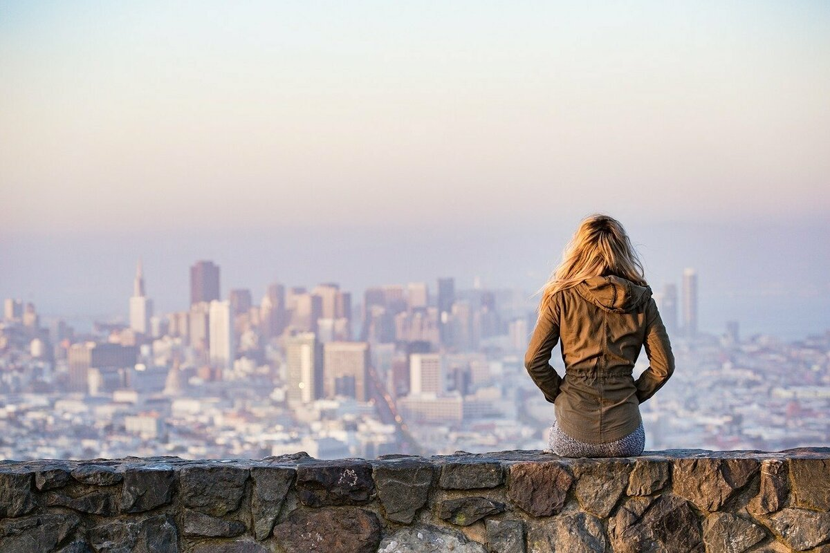 街を見る女性