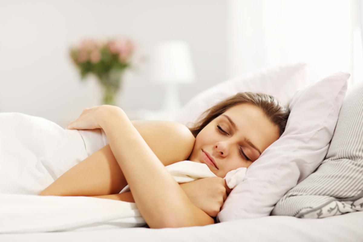 睡眠する女性