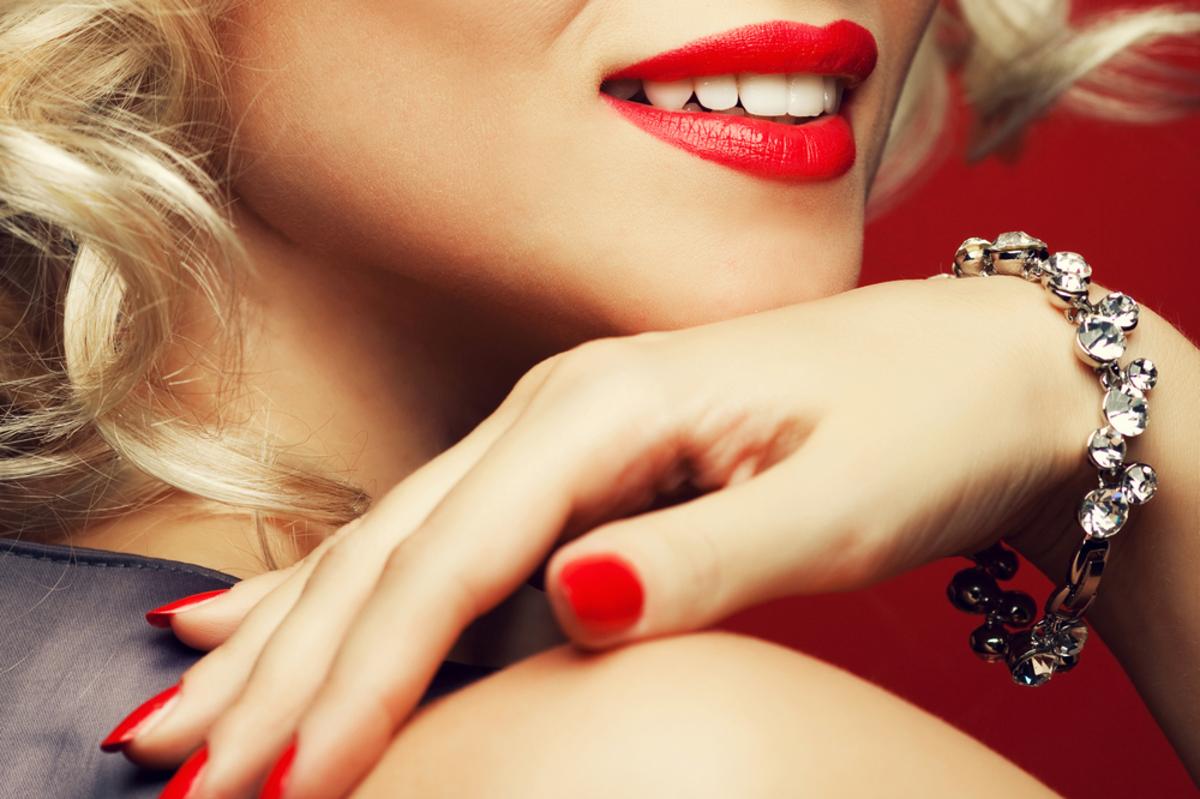 赤いリップの女性