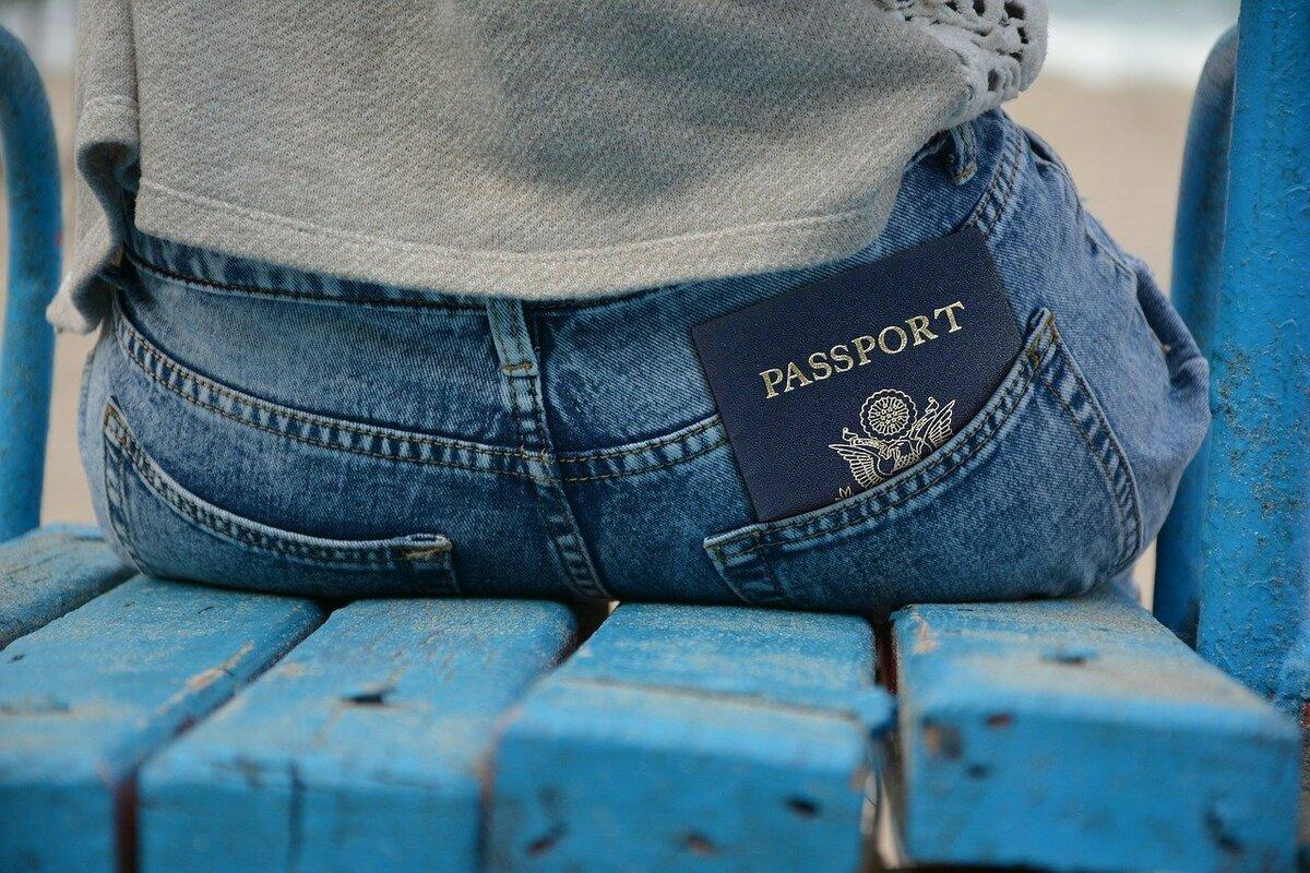 お尻ポケットに入ったパスポート