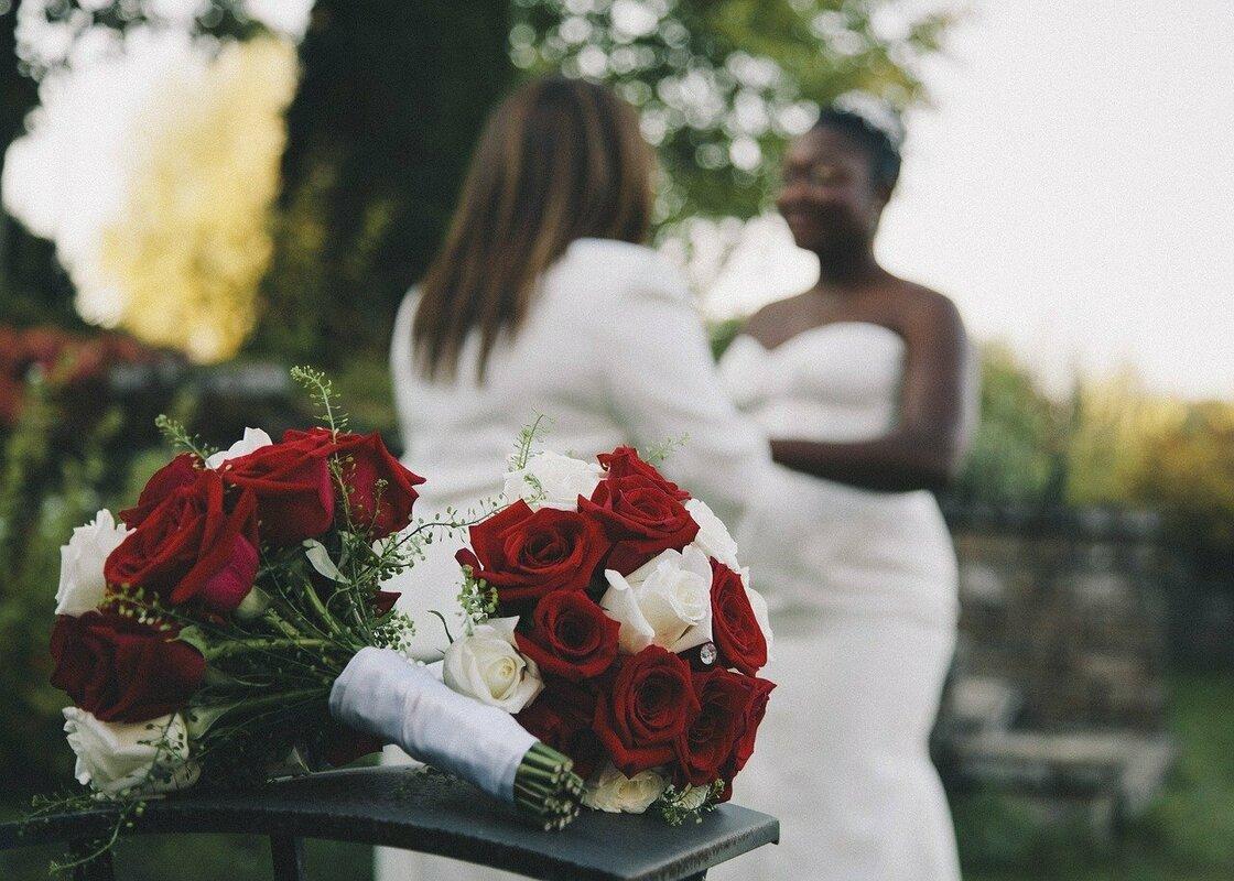 同性結婚の女性二人