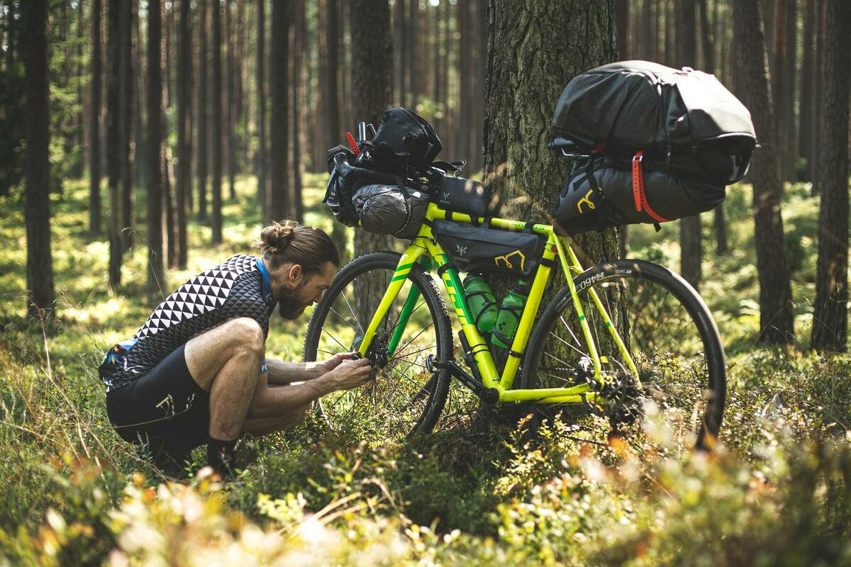 自転車を直す男性
