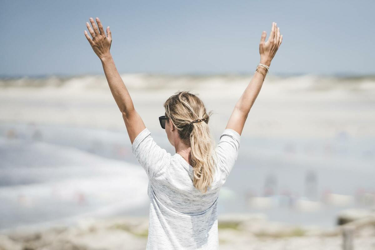 手を上げる女性
