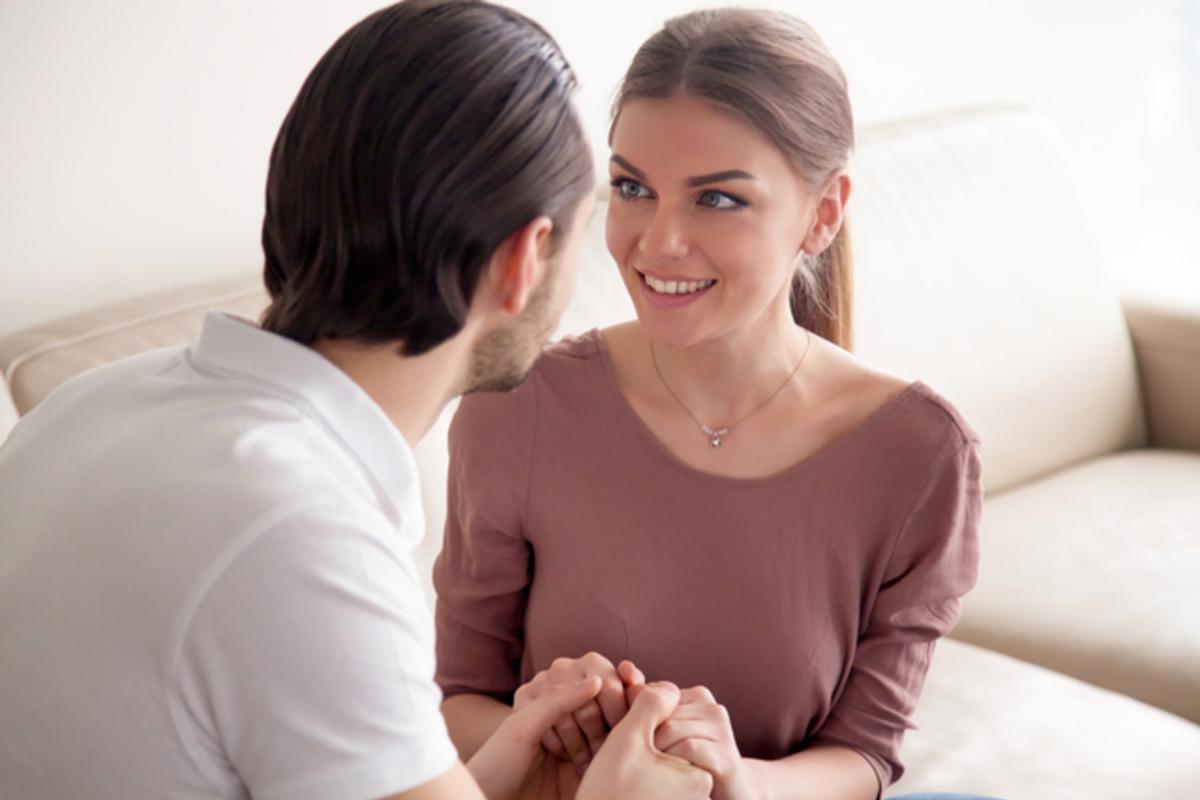 プロポーズをする男性と受ける女性