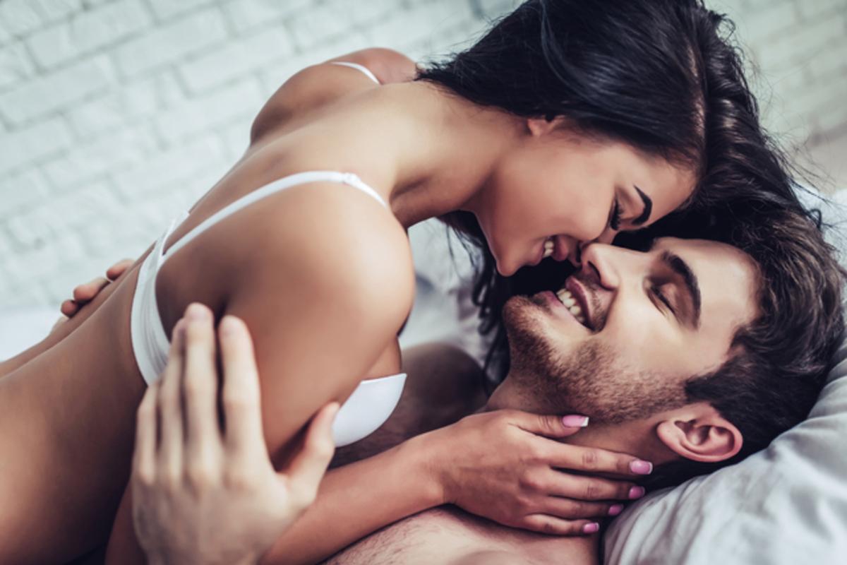 ベッドで抱き合う男女