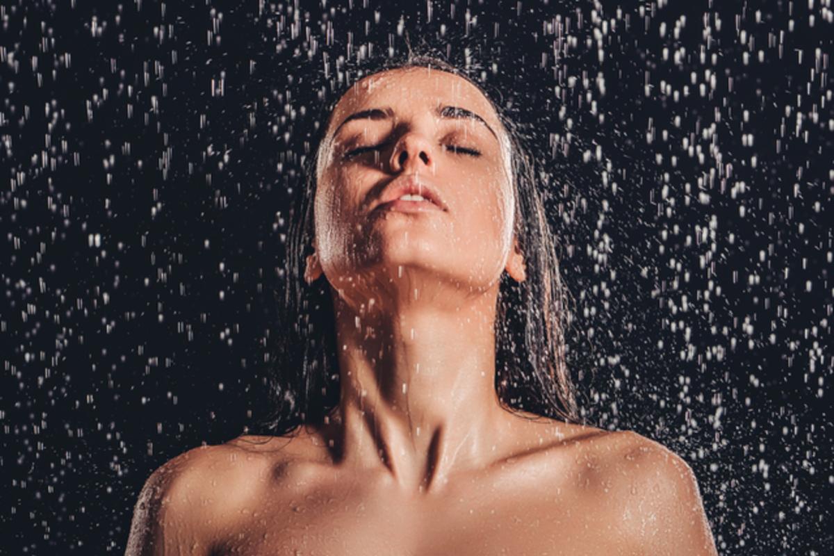 シャワーで洗い流す女性