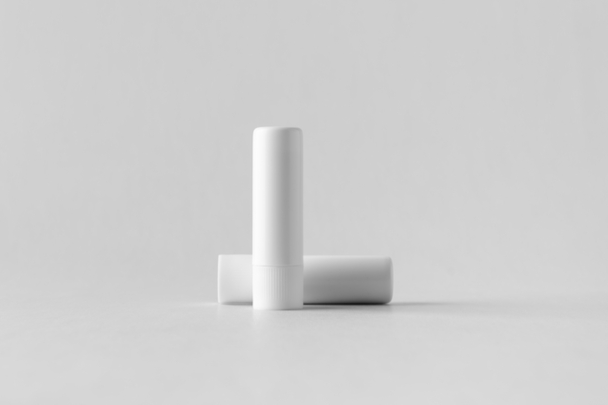 白いパッケージのリップクリーム