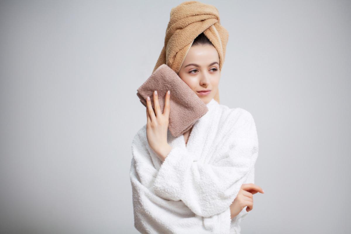 タオルで水分を拭き取る女性
