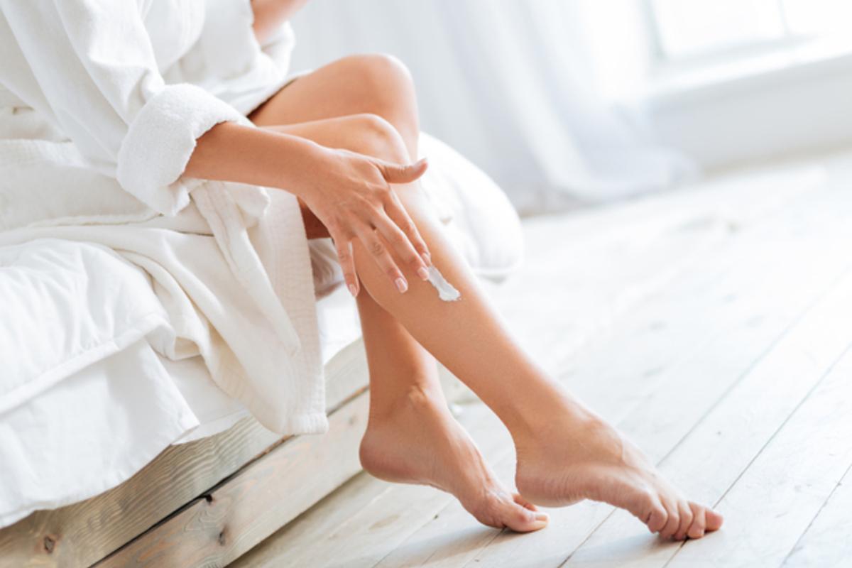 脚を保湿する女性