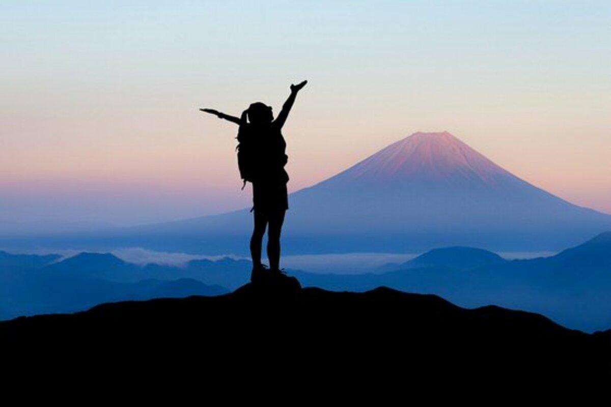 登山する女性