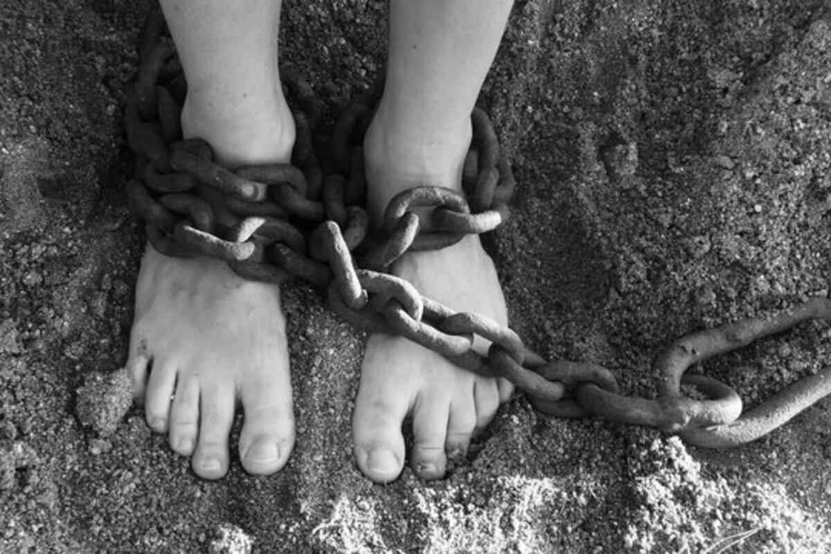 拘束される子供