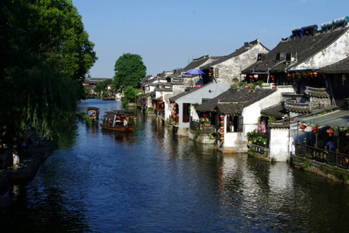 運河と赤提灯のノスタルジックな家々
