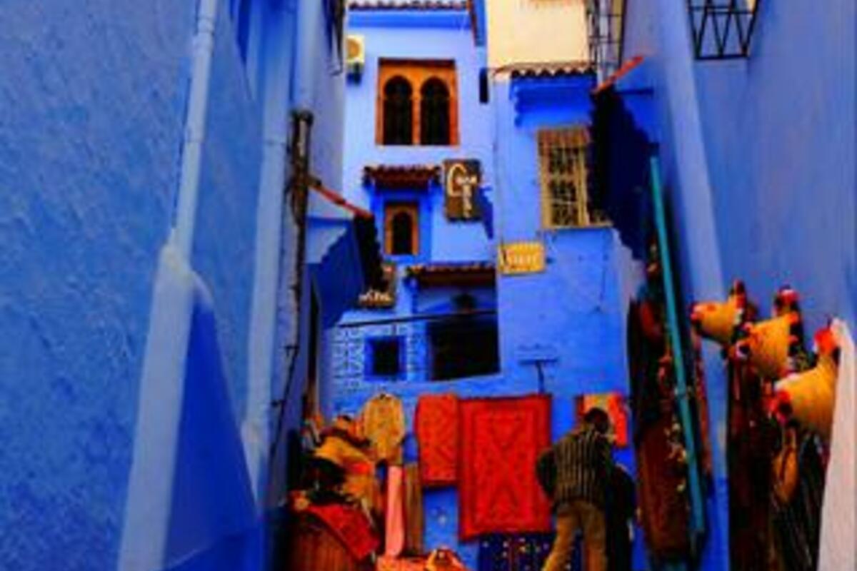 モロッカンスタイルの窓枠にデコレーションされた家