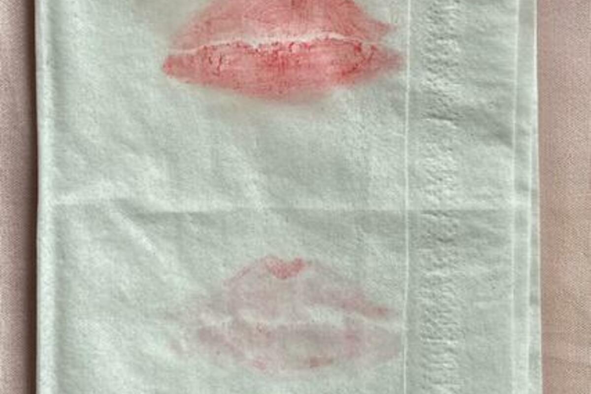 口紅をティッシュオフした画像。上部ははっきりとティッシュに口紅が残る。下部は薄く残る程度。