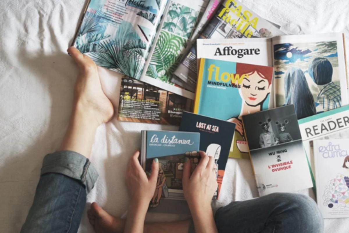 本がたくさん散りばめられたベッド