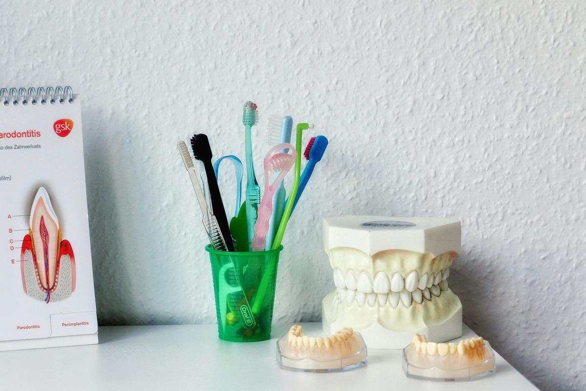 歯型や歯ブラシが置いてある机