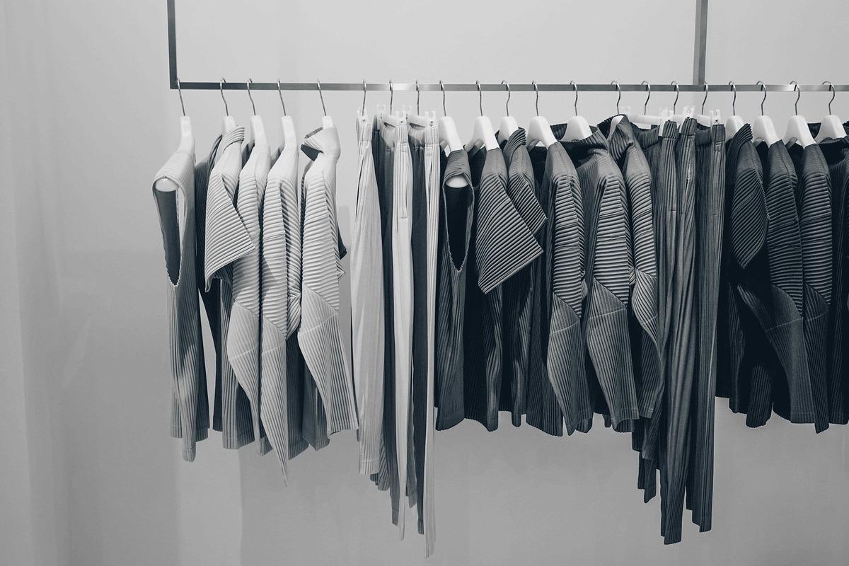 モノトーンの服