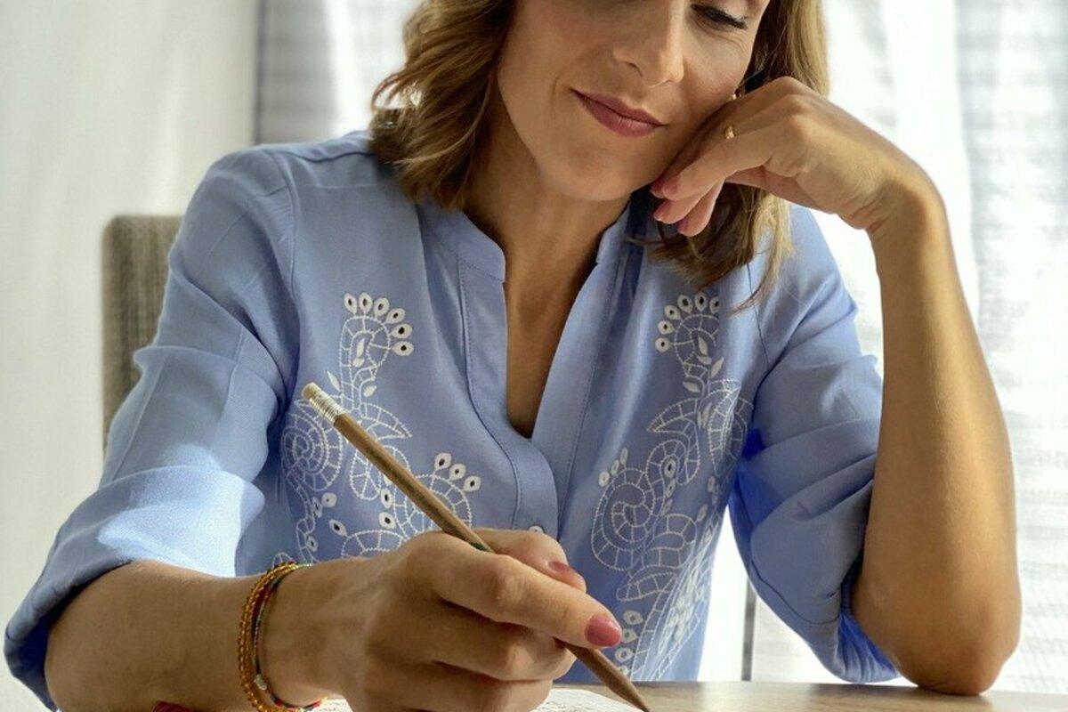 論文を書く女性
