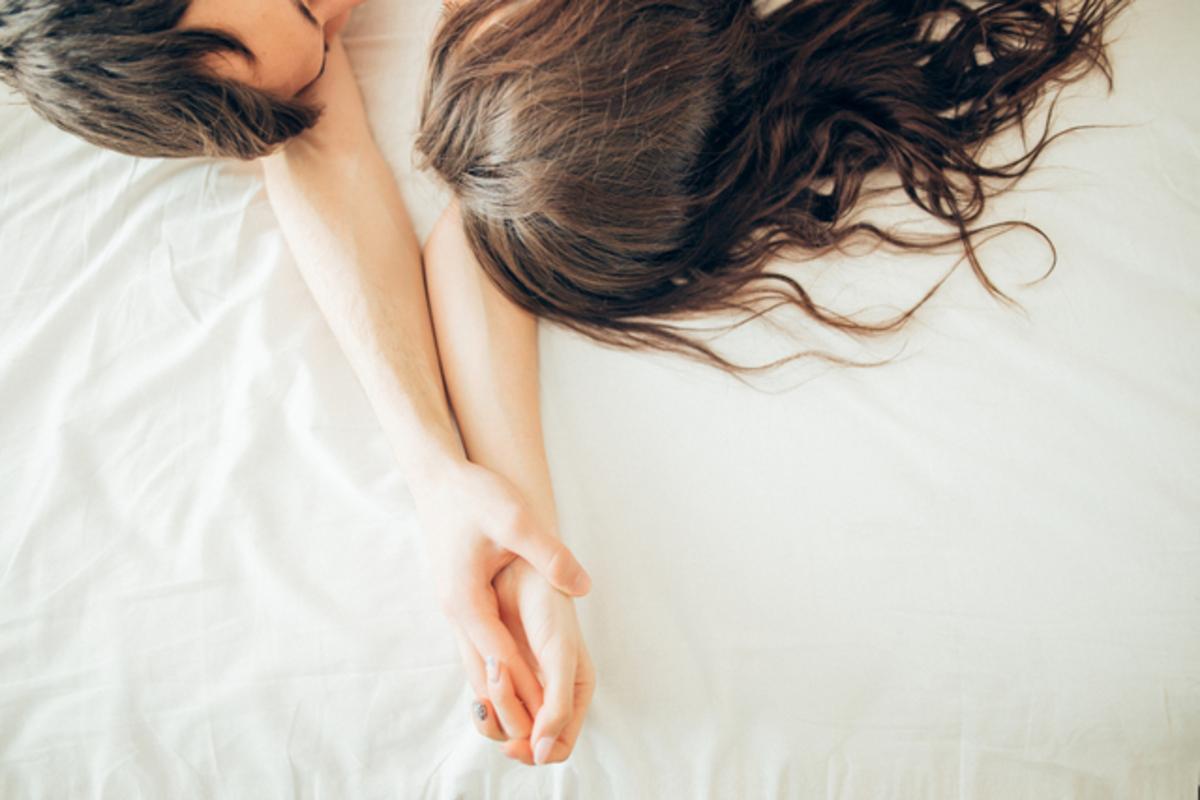 ベッドで横たわる男女