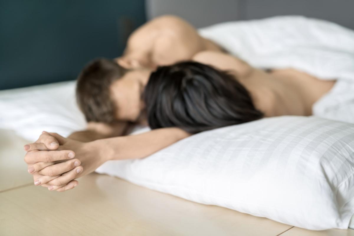 ベッドでキスをする男女